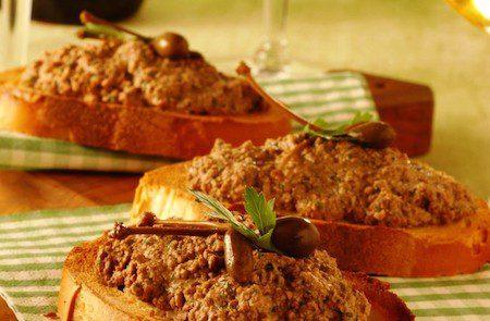 crostini-con-pate-di-fegatini-di-pollo-ricetta-725x545