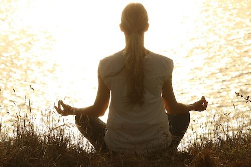 ヨガ水辺で瞑想